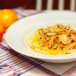 Orangennudeln mit Weißkohl und Hähnchenbrust