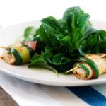 Feldsalat mit Lieblingsdressing und Zucchiniröllchen