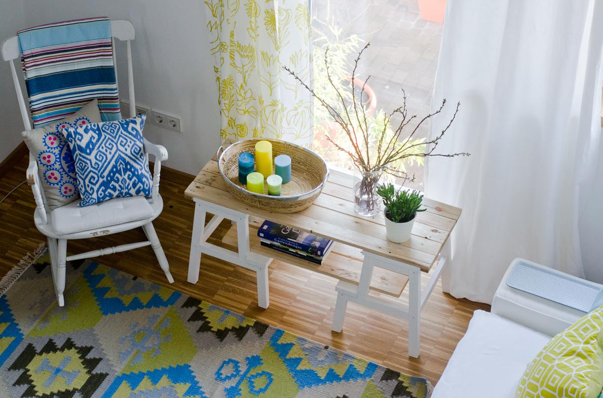 Ikea Hack Couchtisch mit zwei Hockern und einer Platte aus Paletten ...
