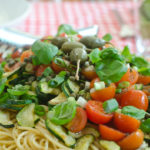 Warmer Nudelsalat mit italienischem Gemüse und Kapern