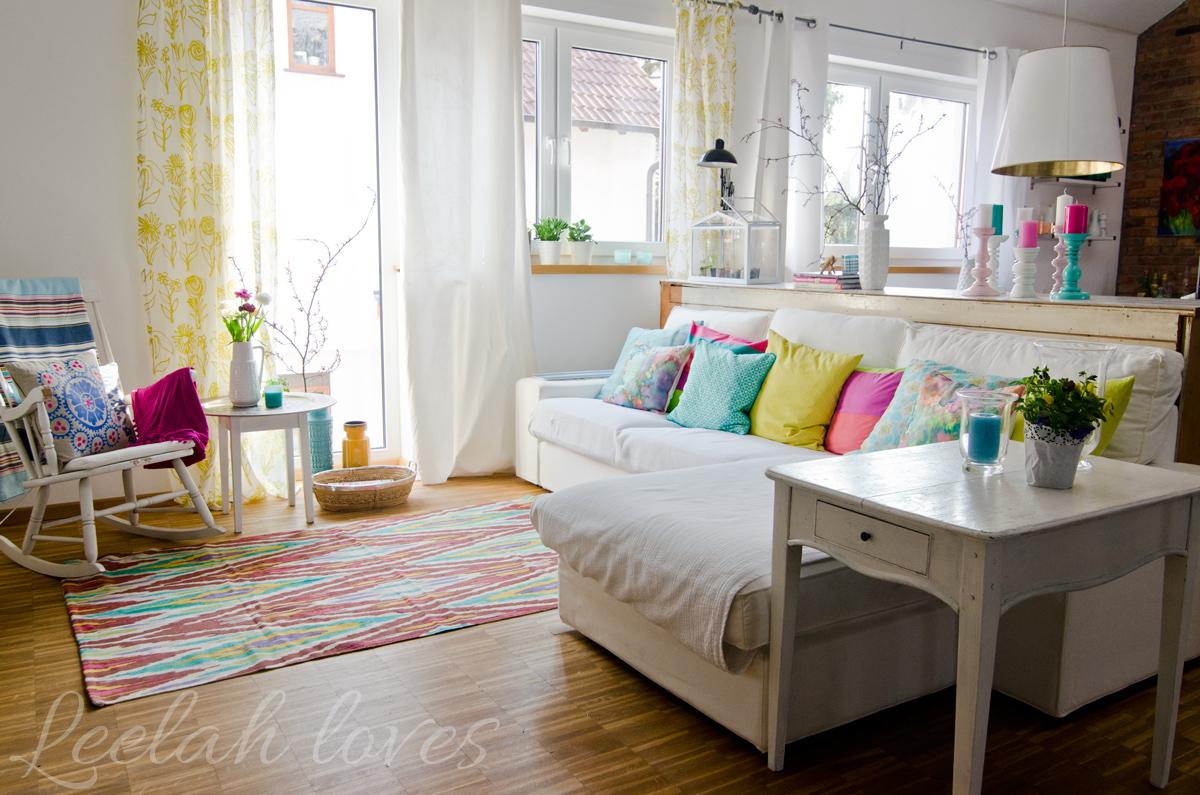 Deko In Frischen Farben Und Bunte Kissen Im Wohnzimmer Im April
