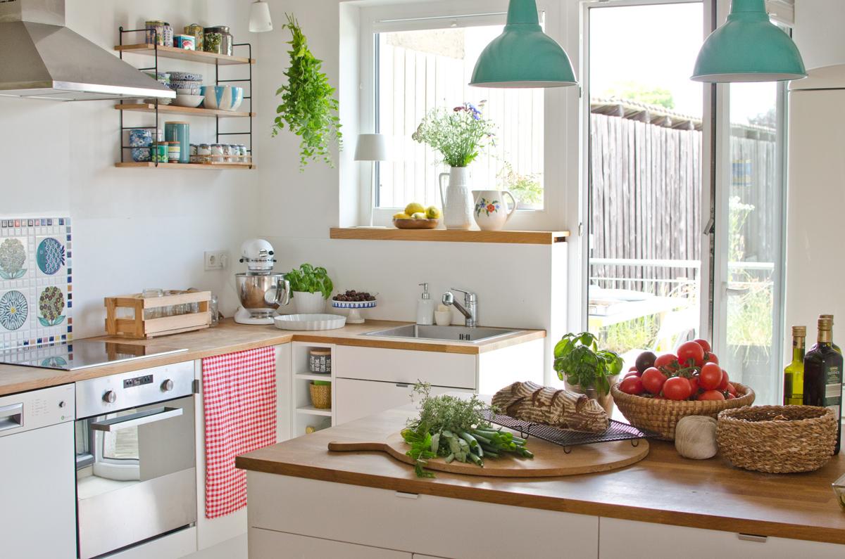 Landhaus Deko in der Küche im Sommer - Leelah Loves