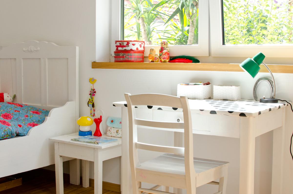 Kleiner Schreibtisch in weißem Vintage Look im Kinderzimmer - Leelah ...