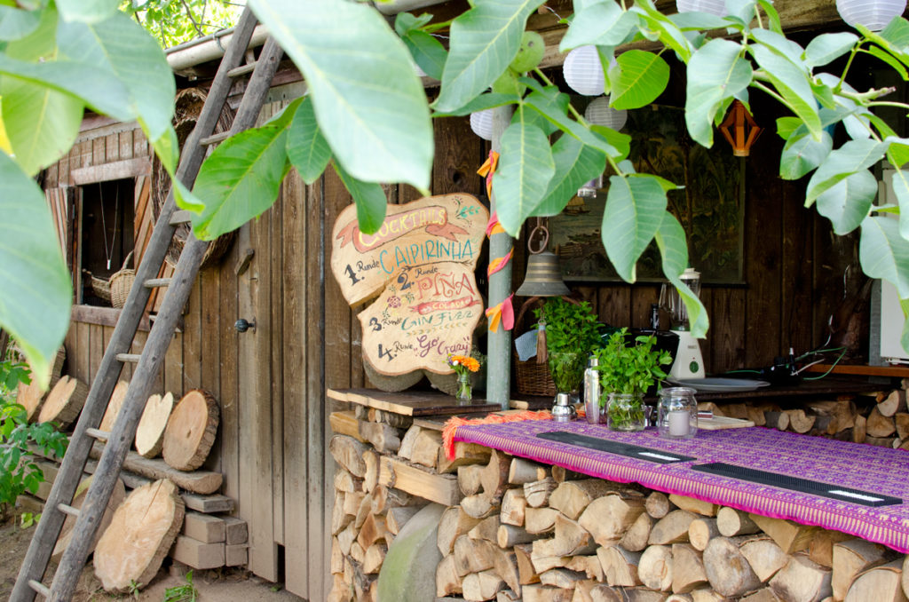 sommer hochzeit im garten im boho vintage hippie stil mit selbst gebauter theke aus holz. Black Bedroom Furniture Sets. Home Design Ideas