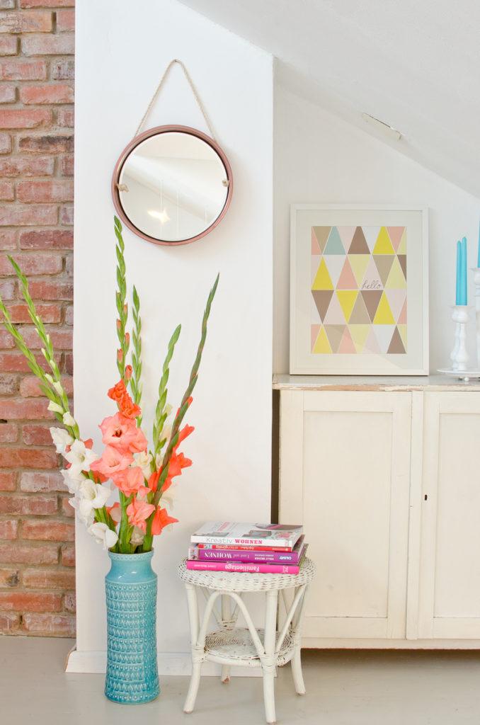 Anleitung für einen DIY upcycling Spiegel aus einem alten Tablett mit Kordel und Metall Lack in Bronze als DIY Deko für das Wohnzimmer