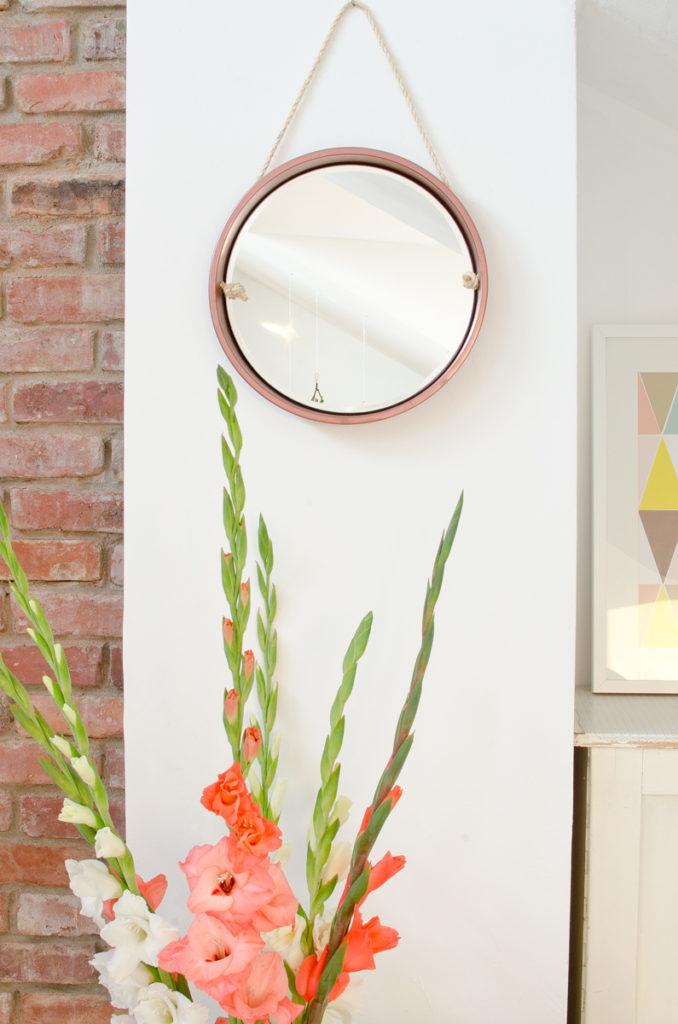Anleitung für einen DIY upcycling Spiegel aus einem alten Tablett mit Kordel und Metall Lack in Bronze als Deko für das Wohnzimmer