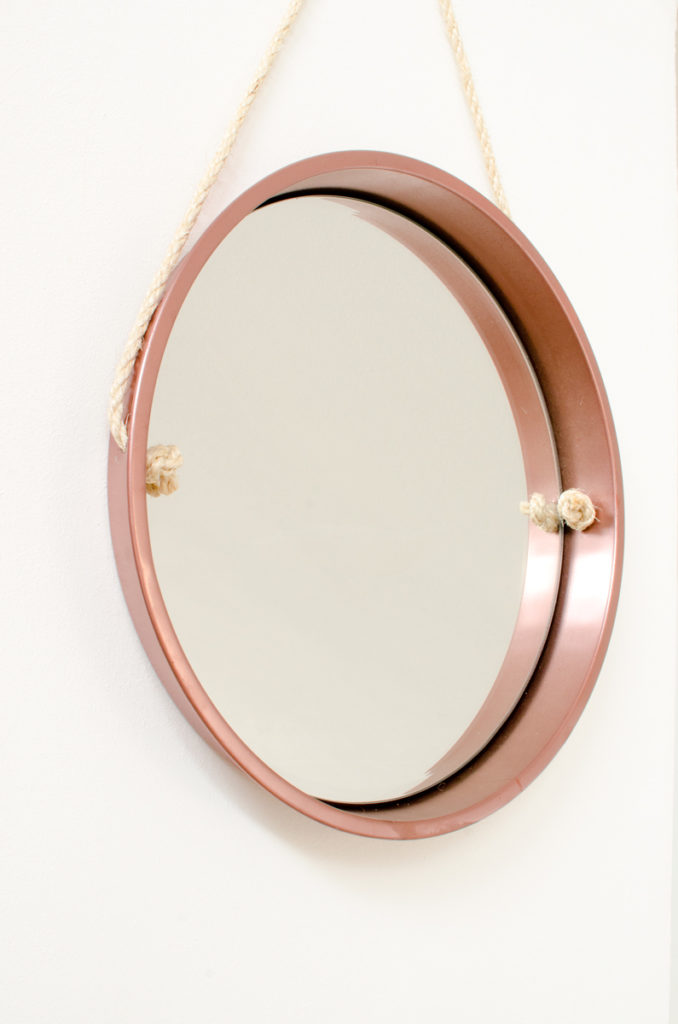 Anleitung für einen DIY upcycling Spiegel aus einem alten Tablett mit Kordel und Metall Lack in Bronze