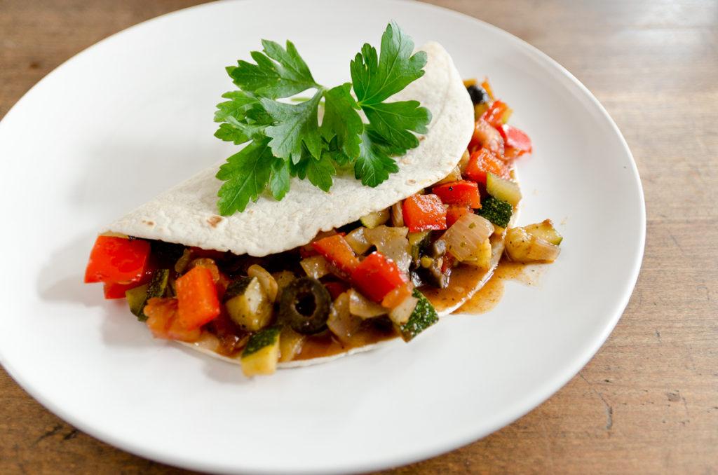 Schnelle 15 Minuten Rezepte für das Mittagessen: Tortilla mit italienischem Gemüse