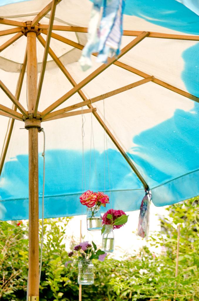 DIY Sonnenschirm färben in sommerlichen Farben und selbst gemachte Quasten