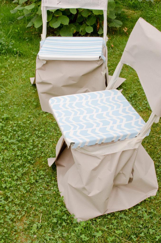 DIY Gartenstühle mit Lack und Schablonen aufarbeiten mit geometrischen Mustern in Schwarz und Weiß