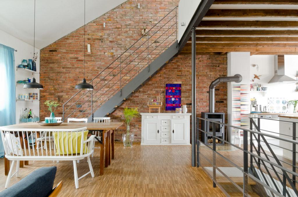 Wohnzimmer im Vintage Look mit bunter Deko vom Flohmarkt und alter Backsteinwand