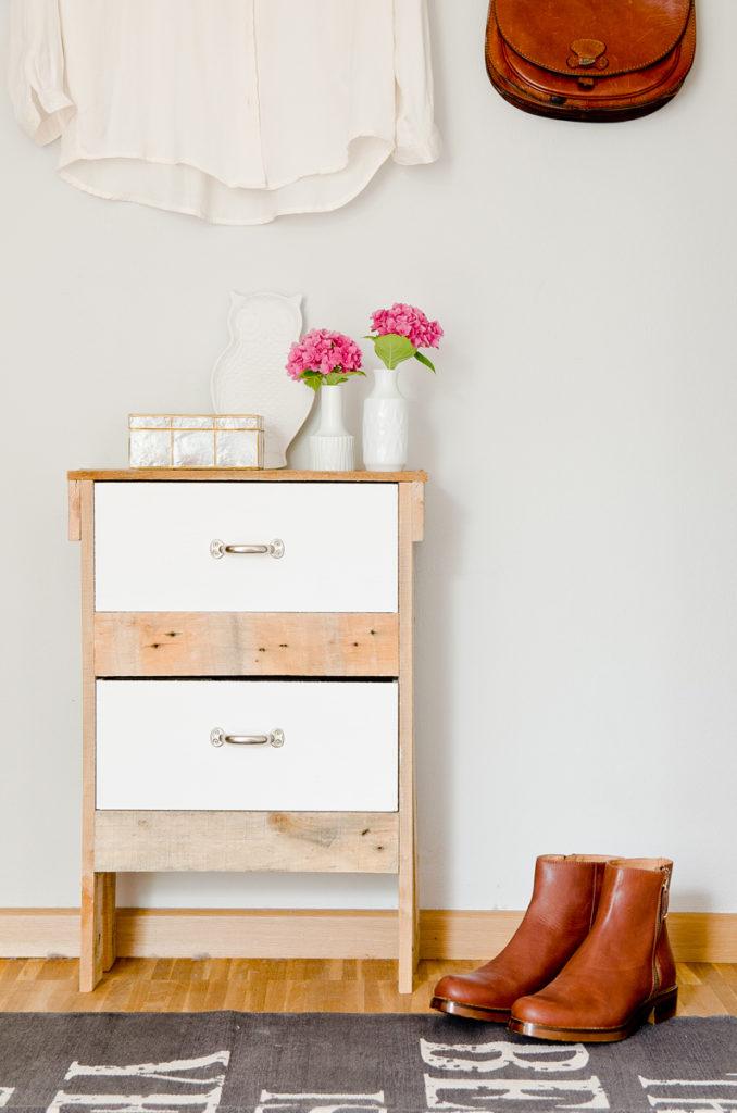 DIY Schrank aus Paletten für das Schlafzimmer im vintage Look