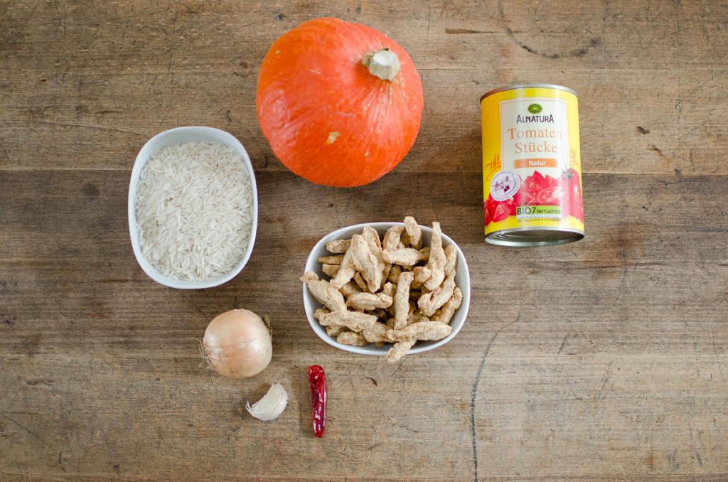 Rezept für veganes Kürbis Tomaten Gulasch mit Reis als schnelles Mittagessen