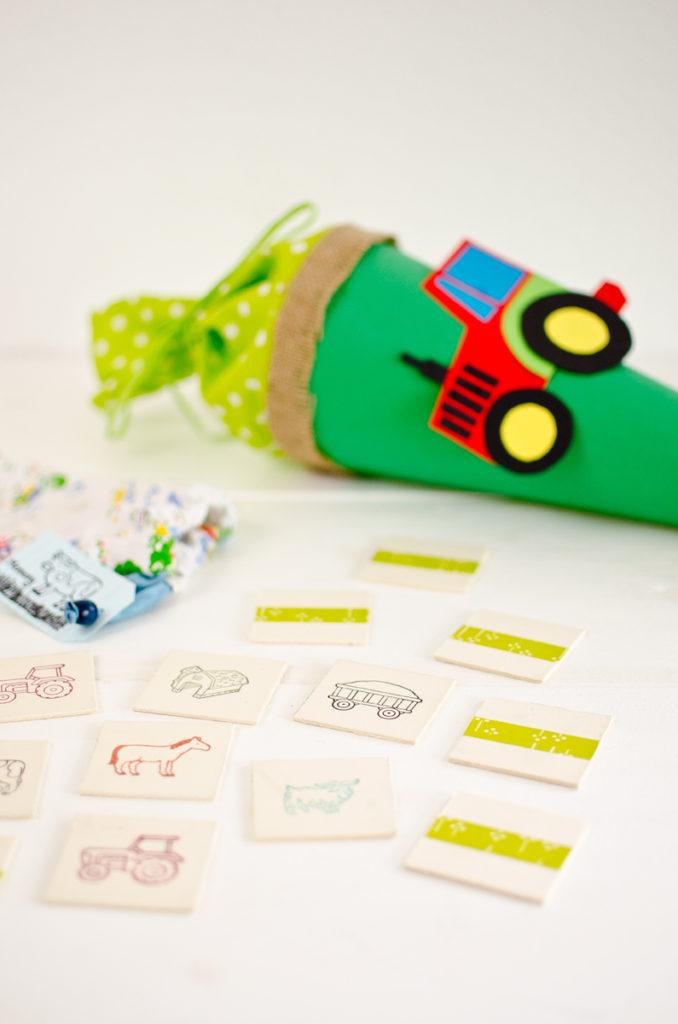 DIY upcycling Bauernhof Memory aus Pappe mit Tier Stempeln für den kleinen Bruder zum 1. Schultag