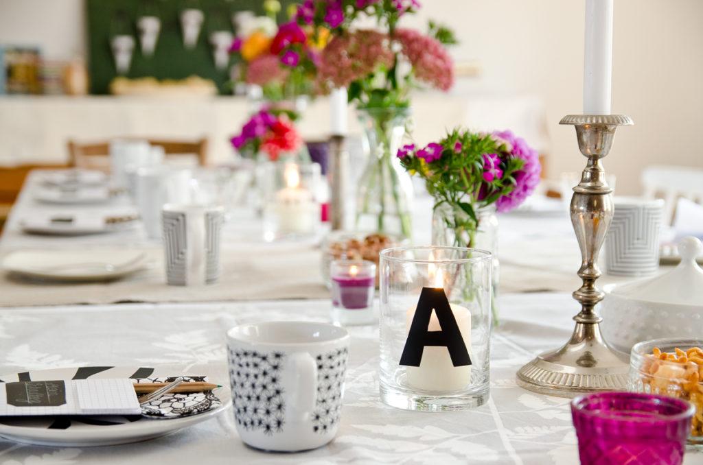 Kaffeetafel Tischdeko zur Einschulung mit Dahlien und Deko in Schwarz und Weiß