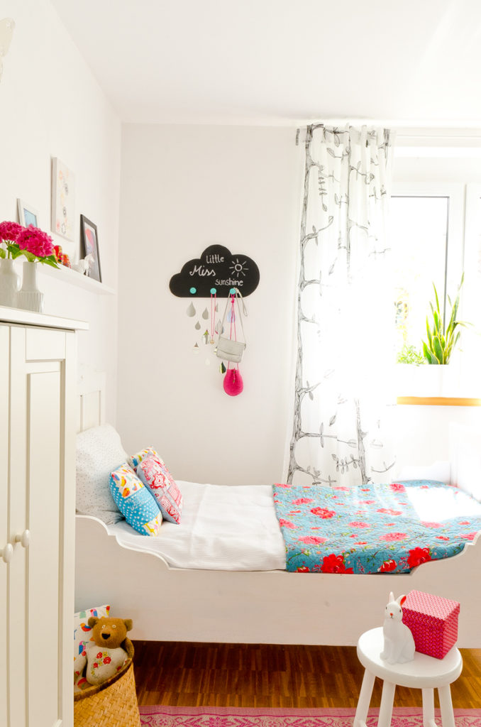 diy garderobe f r das kinderzimmer in wolkenform mit tafelfolie und regentropfen mit material. Black Bedroom Furniture Sets. Home Design Ideas