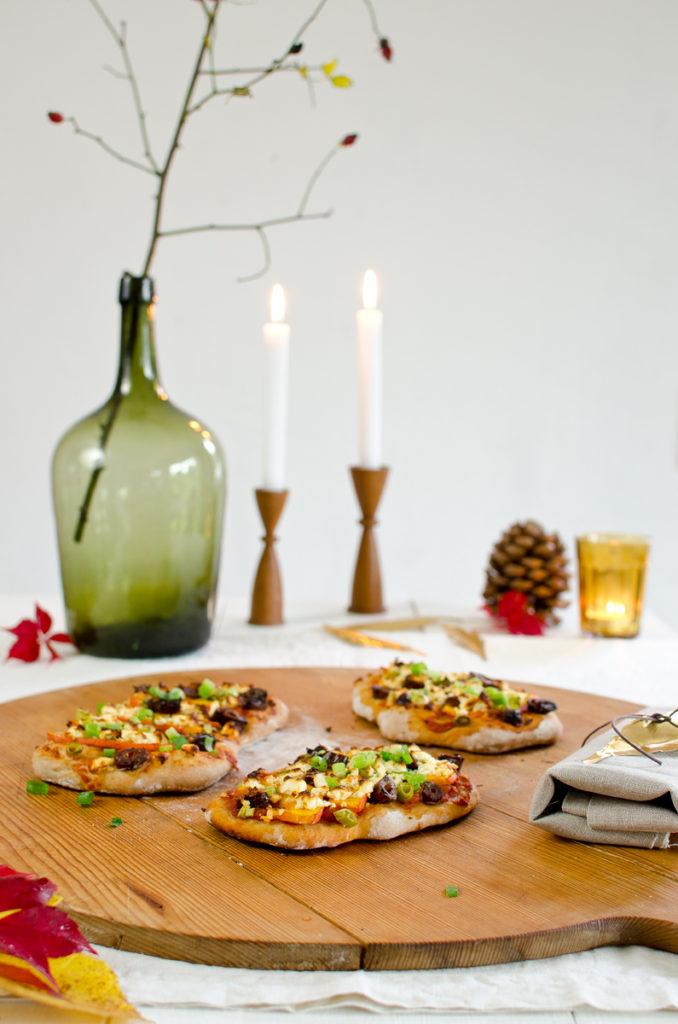 Teigfladen mit Kürbis, Datteln und Fetakäse als leckere Mahlzeit im Herbst