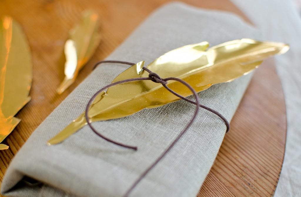 DIY Federn aus goldener Prägefolie als Tischdeko im Herbst