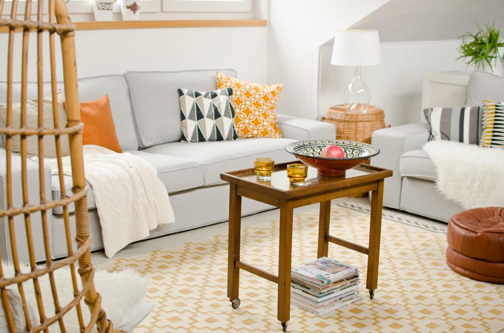 Dekoideen für das Wohnzimmer im Herbst in Grau, Senfgelb und vintage Deko in dunklen Holztönen und Kupfer