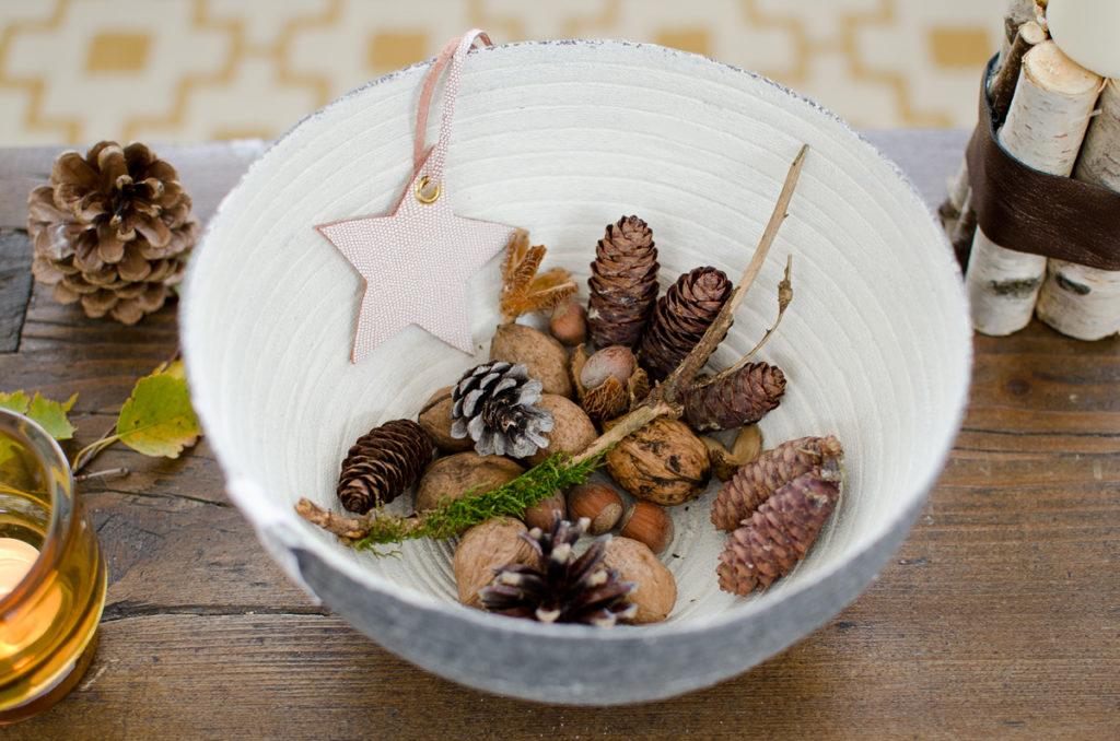 Nachhaltig produzierte Schale von Reisig als Deko für das Wohnzimmer im Herbst.