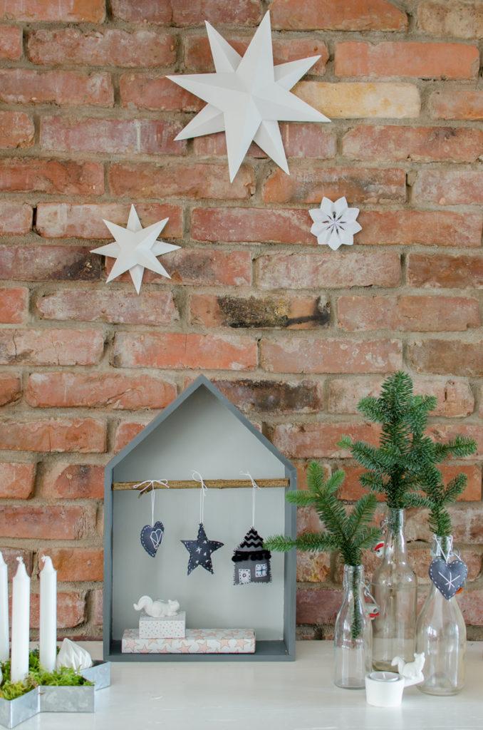 selbst genähte DIY Christbaumschmuck Anhänger aus Filz als Deko für Weihnachten in Grau und Schwarz in Hausform