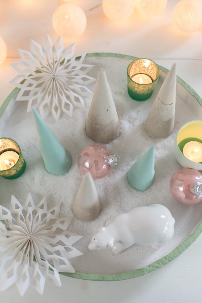 DIY Deko Weihnachtsbäume in Pastell Mintgrün und Grau aus Gips als Deko für Weihnachten