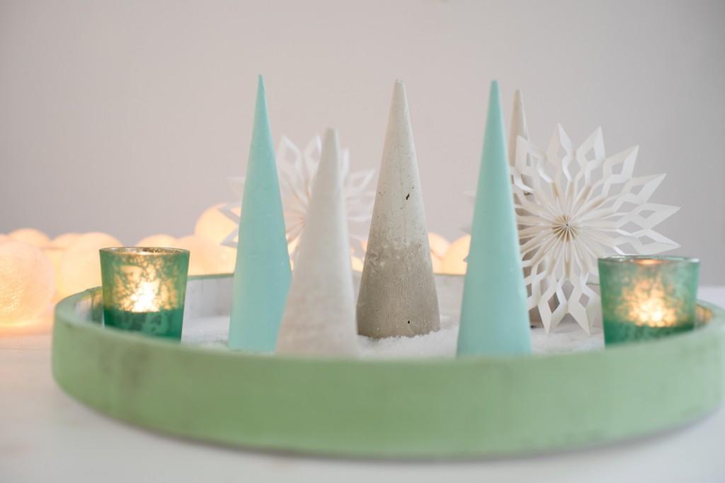 Anleitung für DIY Deko Weihnachtsbäume in Pastell Mintgrün und Grau aus Gips als Deko für Weihnachten