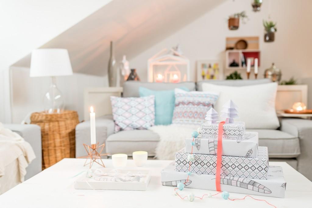 Dekoideen in grau und Pastellfarben für das Wohnzimmer an Weihnachten