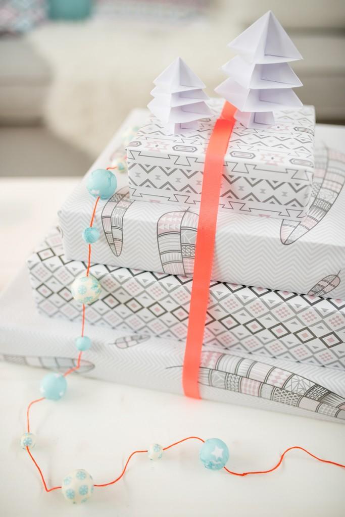Dekoideen in grau und Pastellfarben für das Wohnzimmer an Weihnachten mit Geschenkpapier im Ethno Look