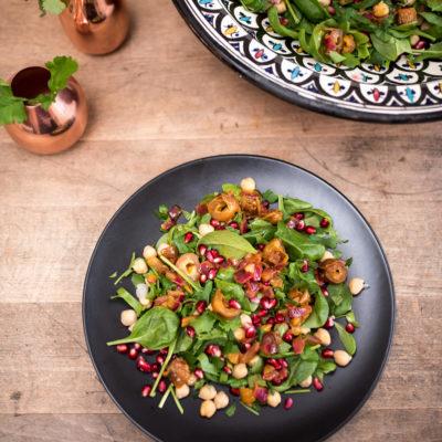 Frischestart ins neue Jahr: Kichererbsen-Spinatsalat mit Granatapfel und Datteln