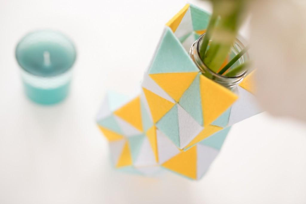 Anleitung für eine DIY Vasen Stulpe aus Filz als Deko für den Frühling in bunten Farben und geometrischen Mustern mit Dreiecken in Pastellfarben und Gelb