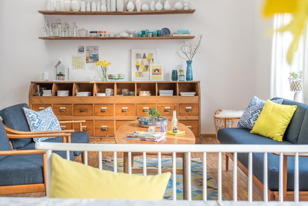 Dekoideen für den Frühling im Wohnzimmer und auf dem Tisch mit Blumen und Deko in sonnigem Gelb