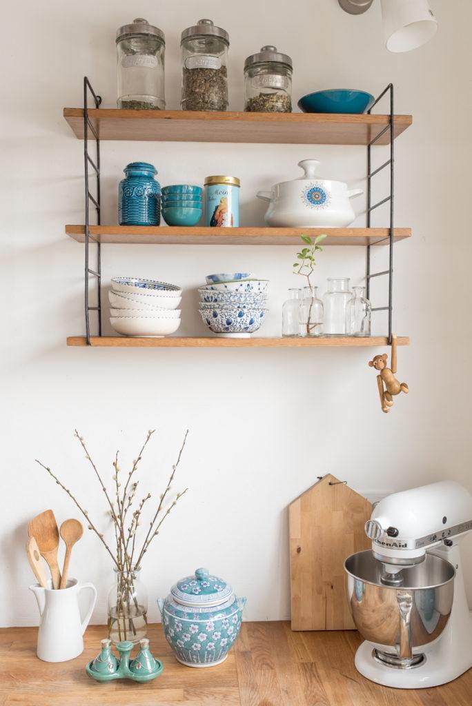 Deko in der Küche im Frühling mit String Regal und Geschirr im vintage Look