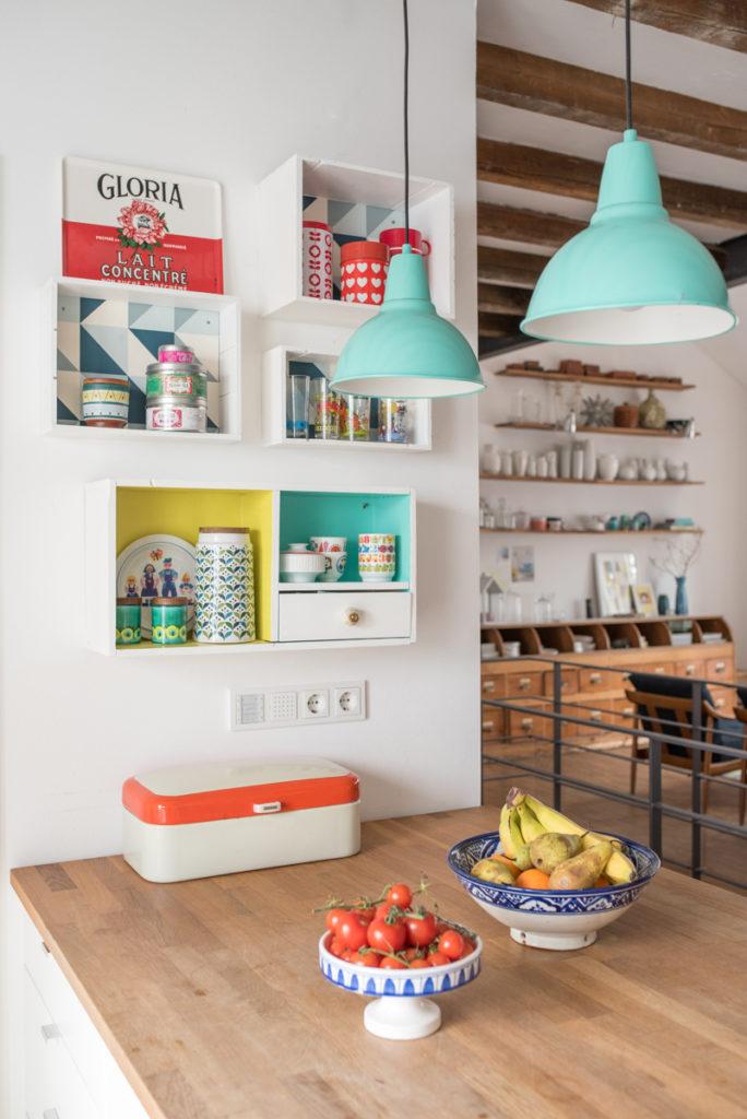 Küchendeko im vintage Look mit upcycling Weinkisten Regalen und Deko in frischen Farben