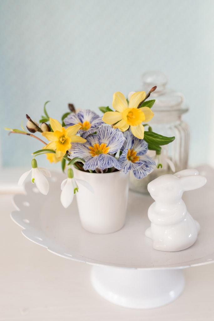 Dekoideen mit Blumen und Hasen für den Frühling und Ostern in Pastellfarben im shabby vintage Look