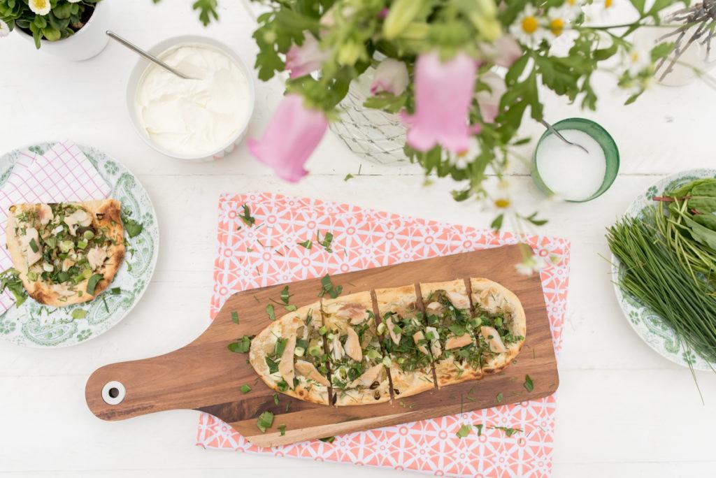 Rezept für Flammkuchen Mit Frühlings Kräutern und Räucherforelle als leckere Vorspeise für das Ostermenü