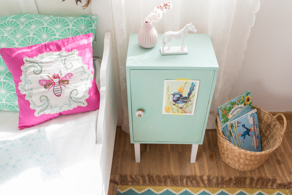 DIY Nachttisch Schrank  für das Kinderzimmer im vintage Look mit vivy decor chalky Farben in Pastell