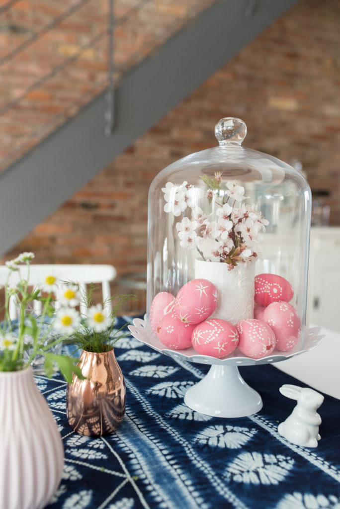 Tischdeko zu Ostern in Indigo Batik Blau und Rosa mit Porzellan Deko im vintage Look