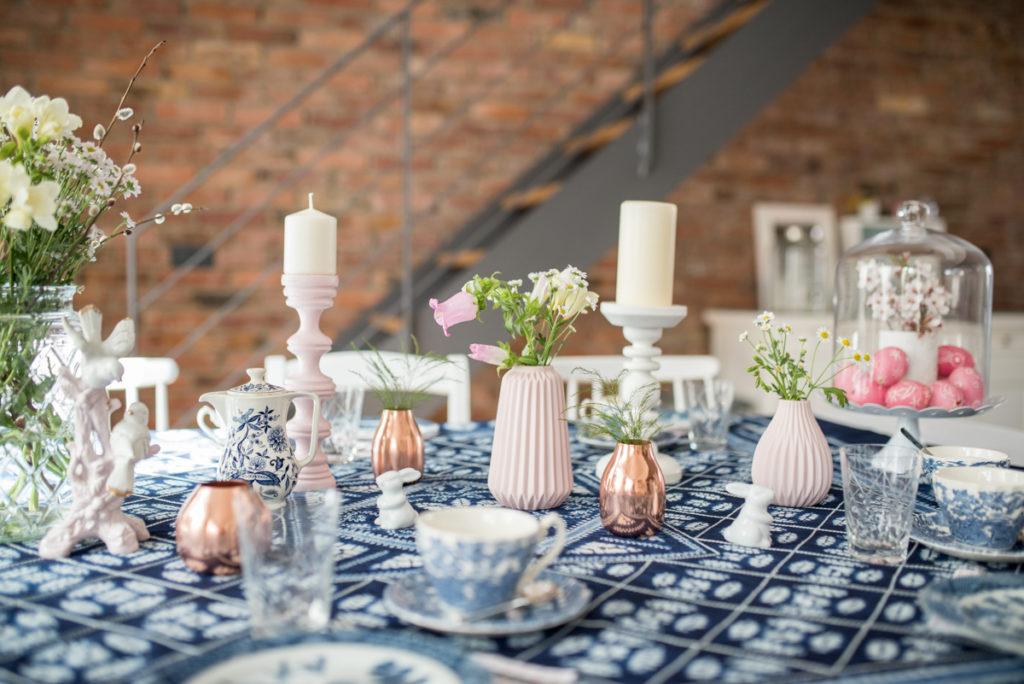 Tischdeko zu Ostern in Indigo Batik Blau und Rosa im vintage Look
