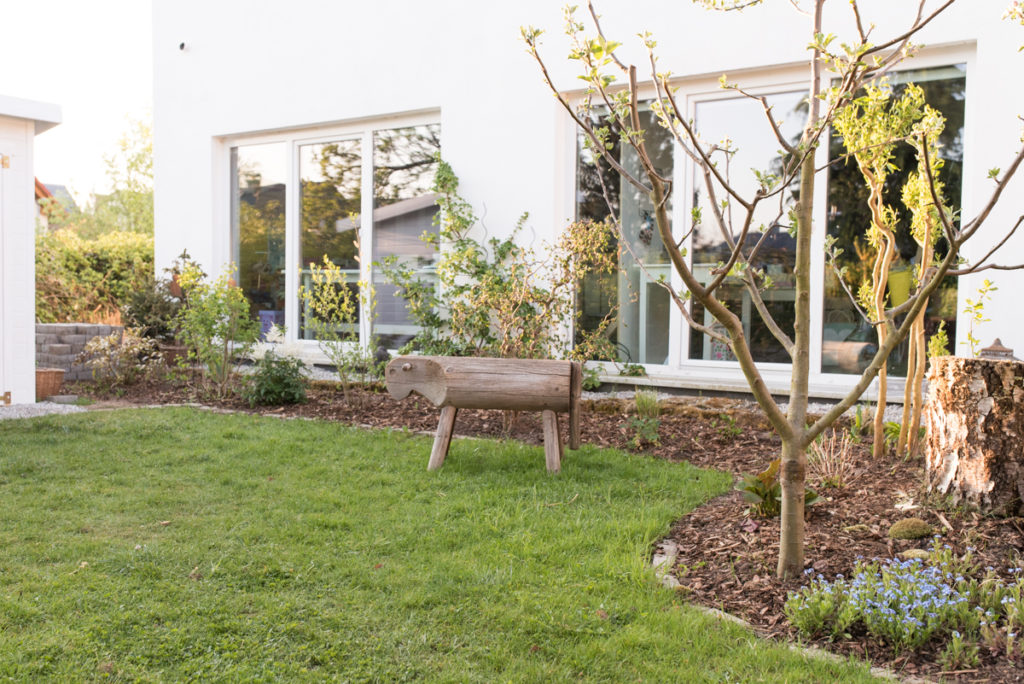 Beet anlegen im Garten mit Rasensteinen