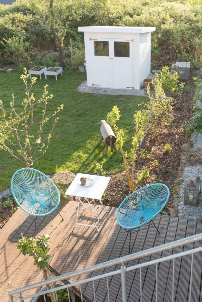 Garten Ideen mit frisch angelegtem Beet vor dem Holzdeck