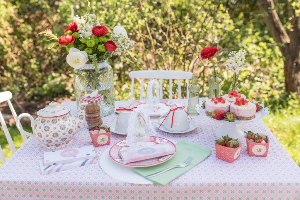 Dekoideen für die Tischdeko zum Muttertag im Garten im vintage Look, leckere Törtchen mit Erdbeeren und Auftakt zur Radbag Blogparade