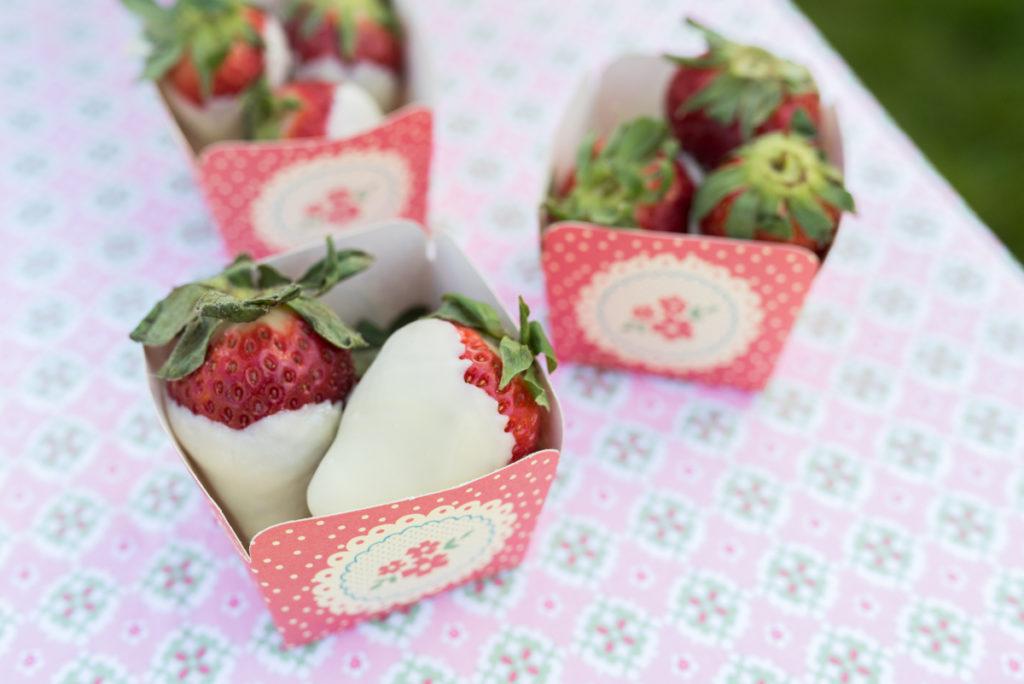 Erdbeeren mit weißer Schokolade als Nascherei zum Muttertag