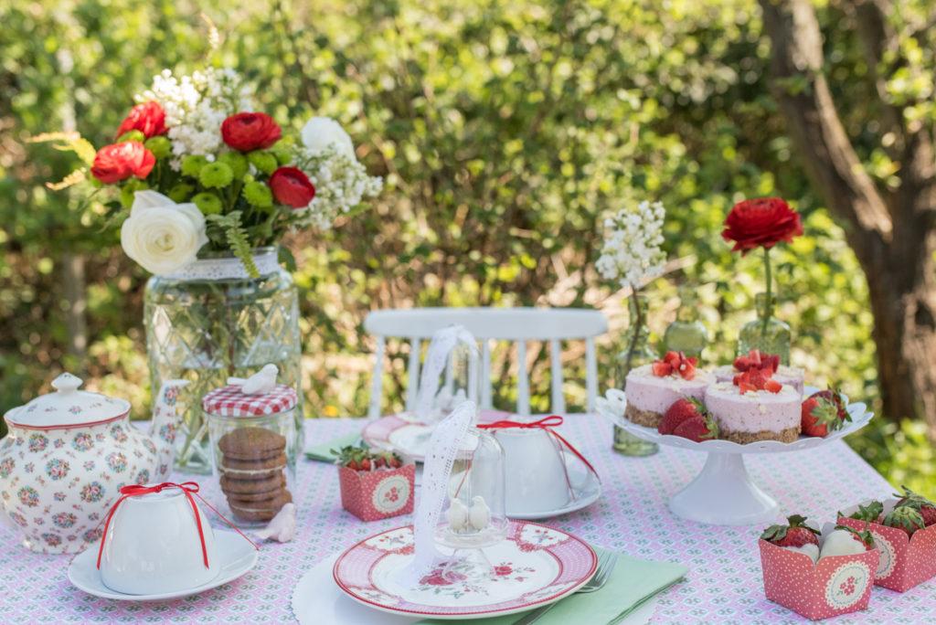 Tischdeko zum Muttertag im Garten im shabby vintage Look in Rosa, Weiß und Rot mit BLumenmuster und Vögeln als Deko