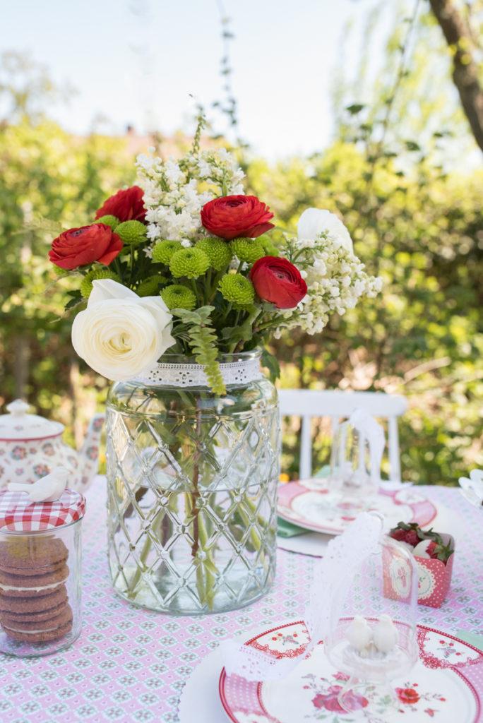 Frühlings Strauß zum Muttertag mit roten Ranunkeln und weißem Flieder