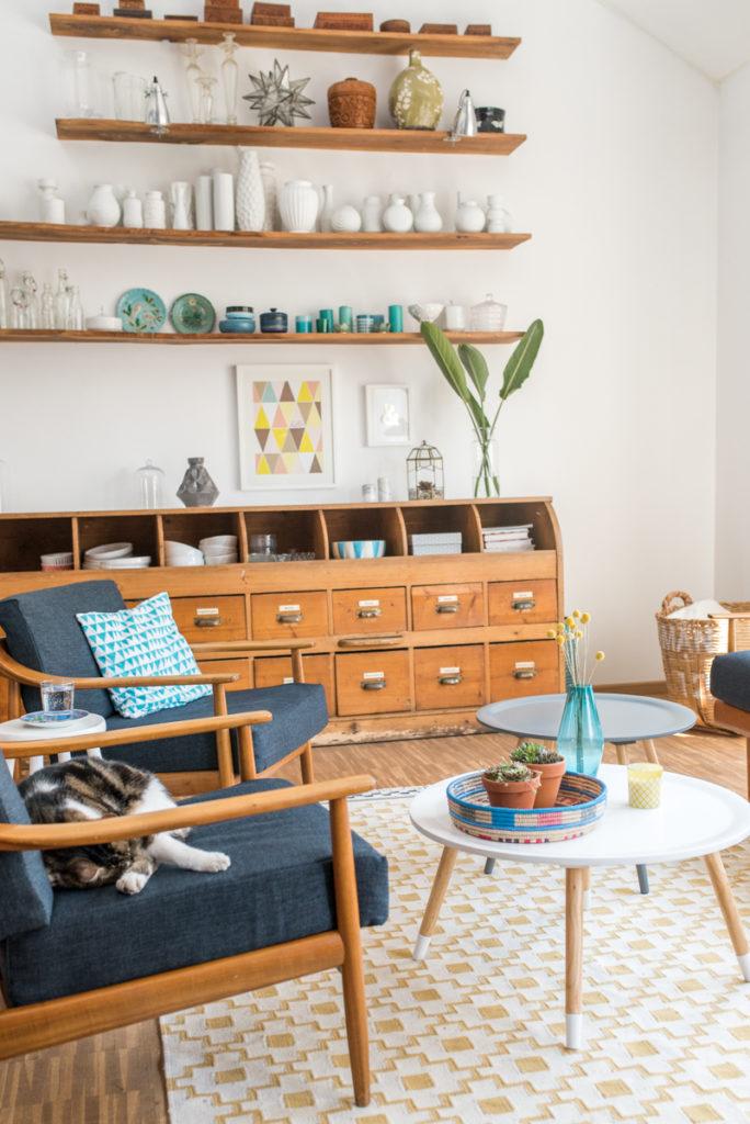 Einrichtung mit Möbeln und Deko im vintage Stil