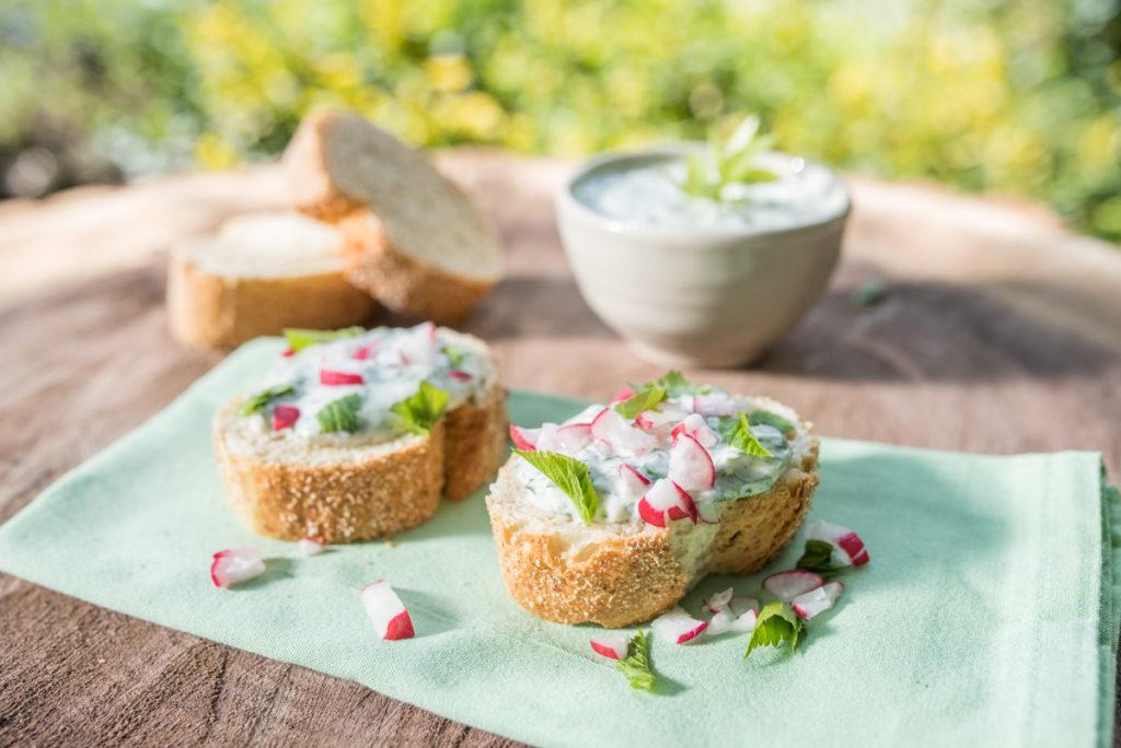 Rezept für Wildkräuter Giersch Dip mit Joghurt und Quark auf frischem Weißbrot
