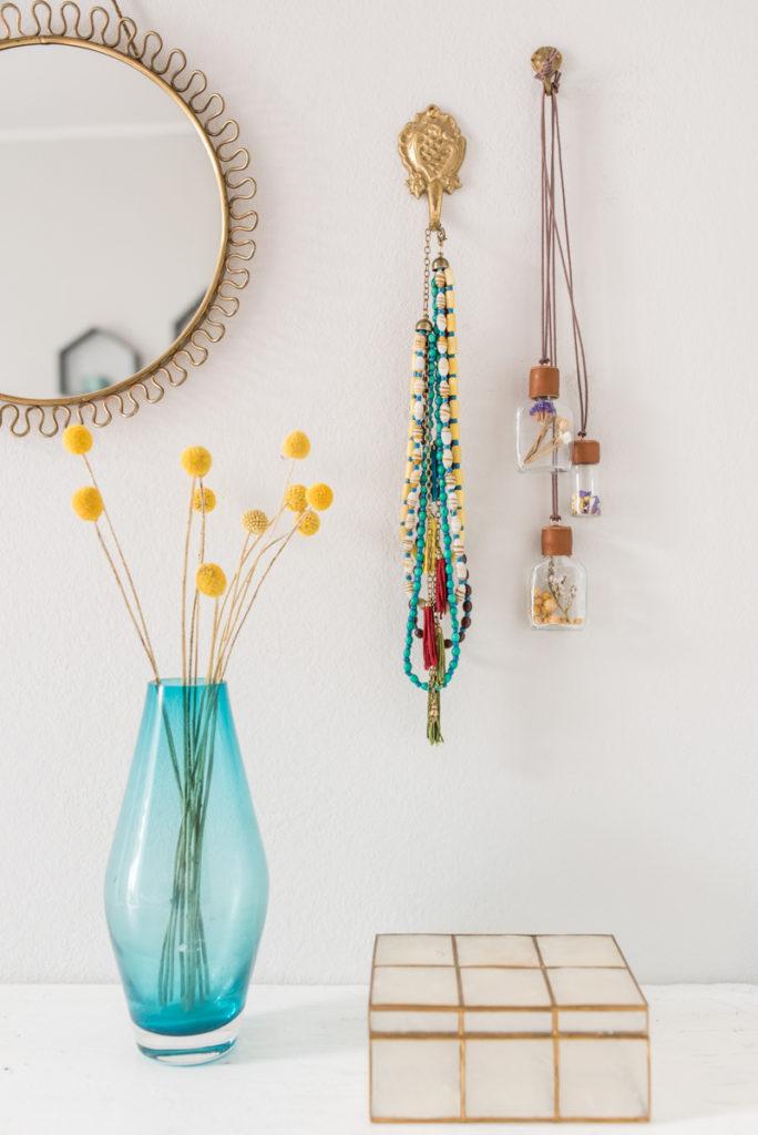 DIY upcycling Anhänger im Boho Look mit Trockenblumen und Leder als Schmuck oder als Deko für die Wand