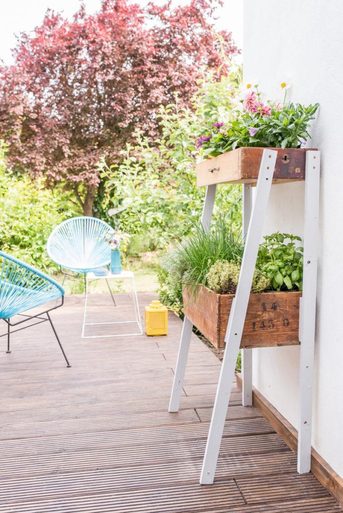 Anleitung für eine DIY upcycling Pflanzleiter für Kräuter und Blumen aus alten Schubladen und Holzkisten als Deko im vintage Look für den Balkon oder Garten im Sommer