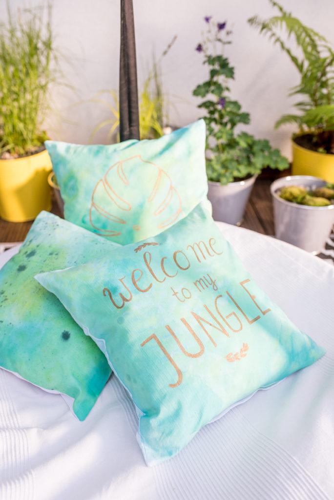 selbst gemachte Kissen im Batik Dschungel Look als Deko für den Balkon oder Garten im Sommer